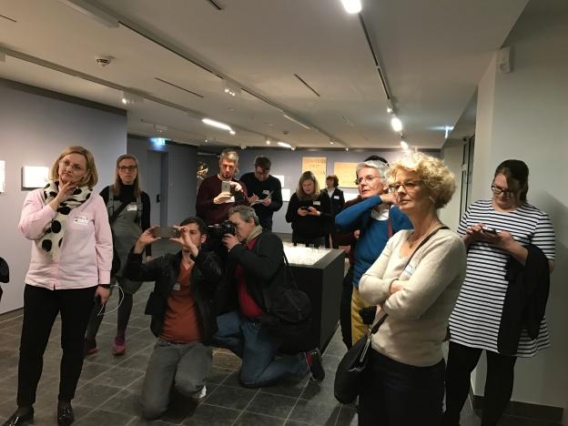 Foto aus dem Museum Judengasse, das die Teilnehmer des Social Media Walks zeigt.